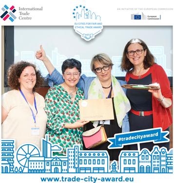 Lyon Fair Trade City Award : Dounia Besson, adjointe au maire de Lyon en charge de l'ESS, entourée d'Arancha González, directrice exécutive du Centre du commerce international et de la Commissaire européenne au commerce, Cecilia Malmström